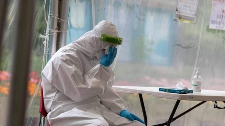 폭염속 코로나19 임시 선별 진료소, 땀범벅으로 빚어낸 헌신과 고통